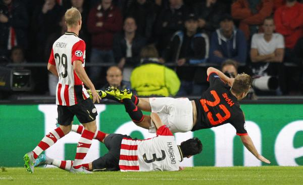 Champions Video: messicano Moreno (Psv) spezza la gamba all'inglese Luke Shaw (Manchester Utd).