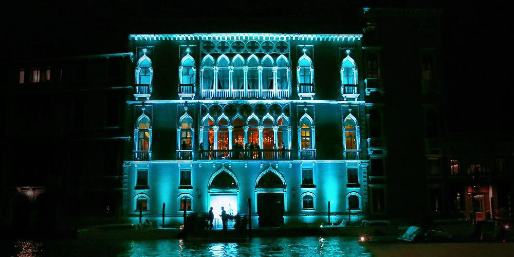 The Palazzo Pissani Moretta is illuminated in blue for tonight's gala celebrating the lights of Venice. http://t.co/I25Lr84A1D