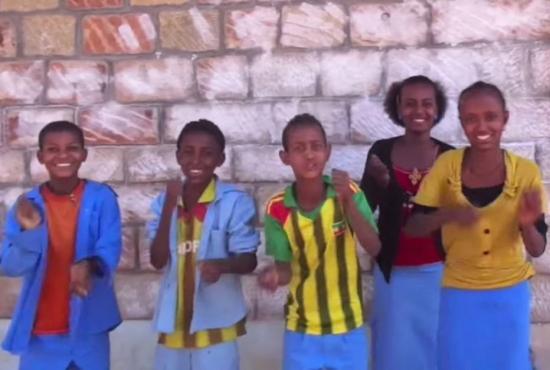Alunos da Etiópia aprendem inglês com 'Even Flow' de Pearl Jam; assista http://t.co/6crYjpZSY6
