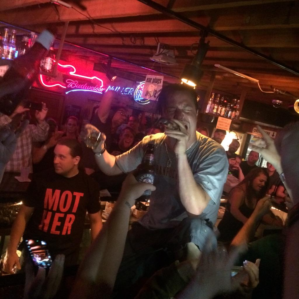 Oh that's just Mike Patton singing in the back of the Troubadour bar. @faithnomore #BestSecretShowEVER http://t.co/GcNafuhLzZ
