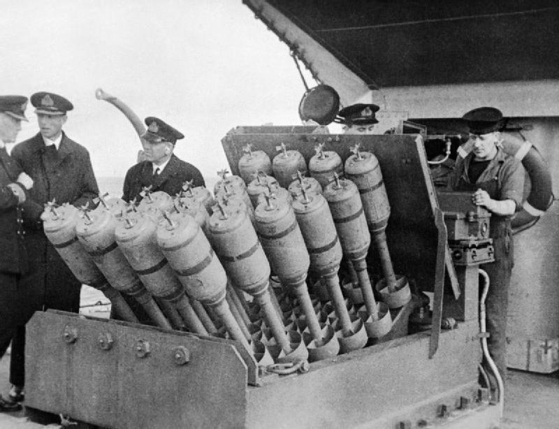 ヘッジホッグ 二次大戦で活躍したUボート狩りの必殺兵器。24連装の対潜砲弾を前方に発射できるのでわざわざUボートの上まで走らないといけない爆雷より圧倒的に使いやすく広範囲に発射するので命中率も高かった。たくさん撃てば実際当たりやすい