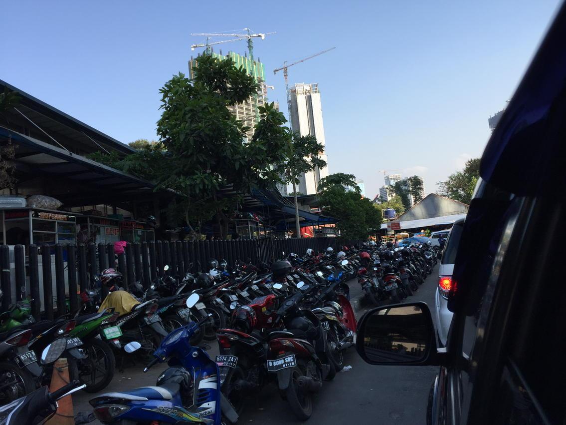 Pedestrian dijarah.. Badan jalan juga.. Potret kesemrawutan parkir di Jakarta @trotoarian @savejkt http://t.co/F0pgxhuPnD