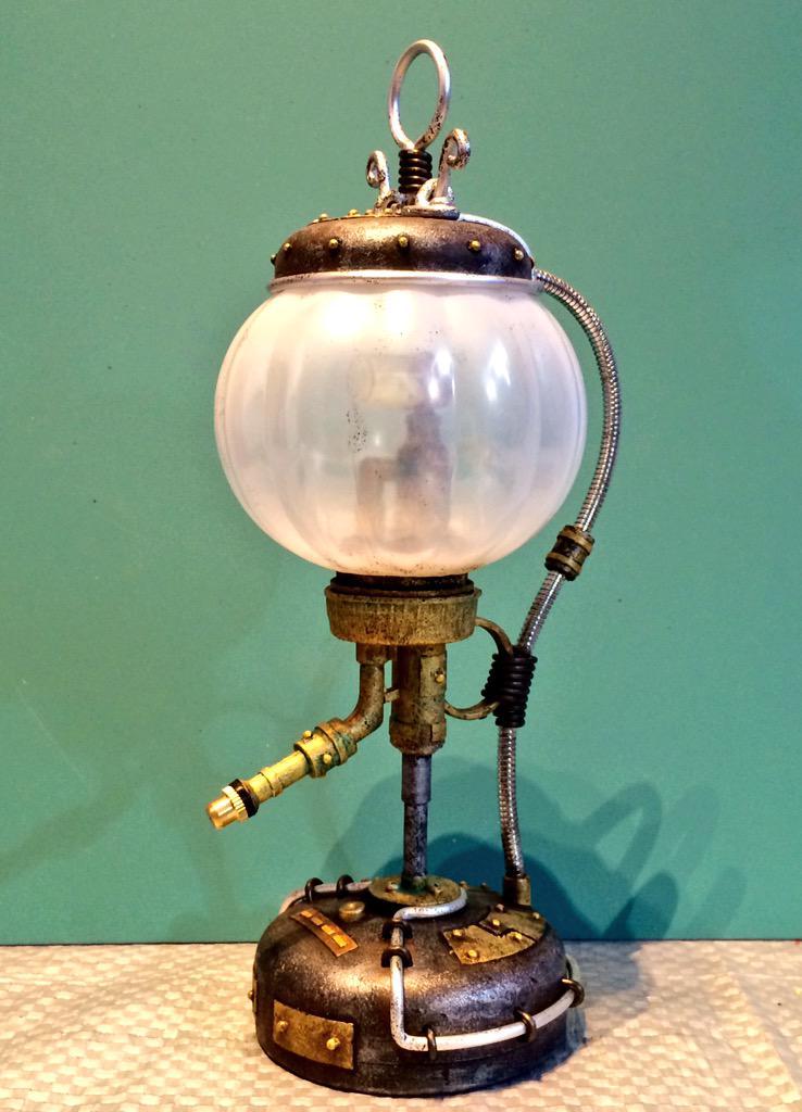 Steampunk Lantern  作ってみました。100円ショップのLEDライトと霧吹きボトルを組み合わせ、ディテールを加えて塗装を施したら完成。我ながらお気に入り♪オマケで蓄光石を仕込んだので、消灯後もぼんやり光ります。 pic.twitter.com/sh8oJA6GOs