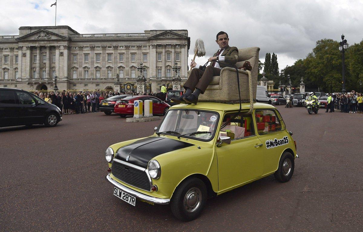 Si hoy paseas por Londres te puedes cruzar con Rowan Atkison celebrando de esta guisa los 25 años de Mr. Bean. http://t.co/tMxUtmkThq