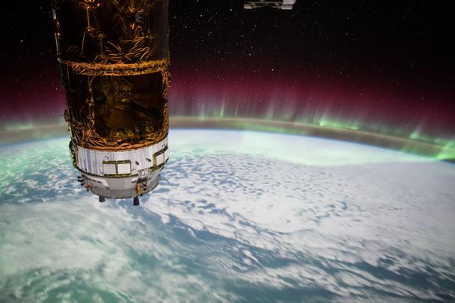 Because your Friday needs some #ISS awesome. Flying over a sea of green #aurora - https://t.co/UR7r6hV0GS #space http://t.co/g2UL9qNqy8