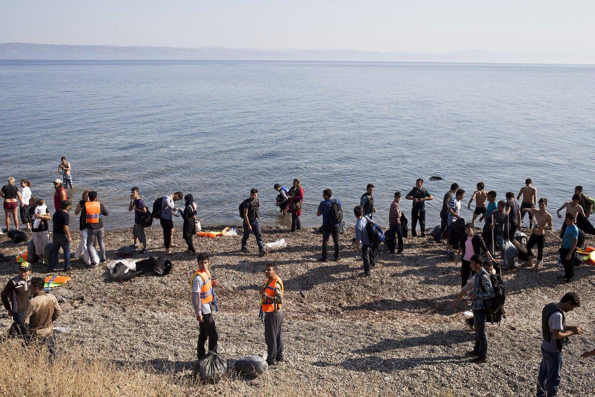 Navio da Marinha do Brasil resgata 200 refugiados no Mediterrâneo. http://t.co/uNGulx7by8