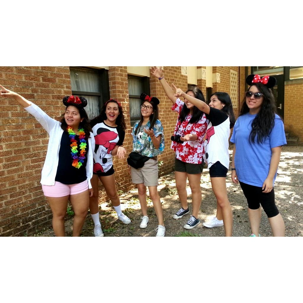 "Les🍌 on Twitter: ""Tacky Disney tourist day! #howdyweek # ...