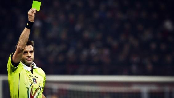 La Serie B con il cartellino verde in dotazione agli arbitri.