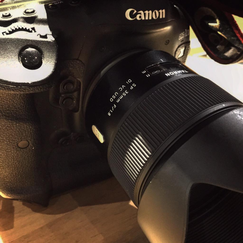 タムロン SP35mm F/1.8 最短撮影距離20cm。手振れ補正機能付。 円形絞り。新しいスタンダードレンズだと確信した。 http://t.co/ESAwWsEu9m