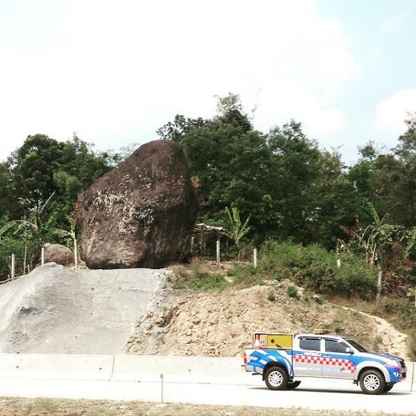 BATU BLENENG Batu Misteri Yang Berdiri Di Tol Cipakali - AnekaNews.net