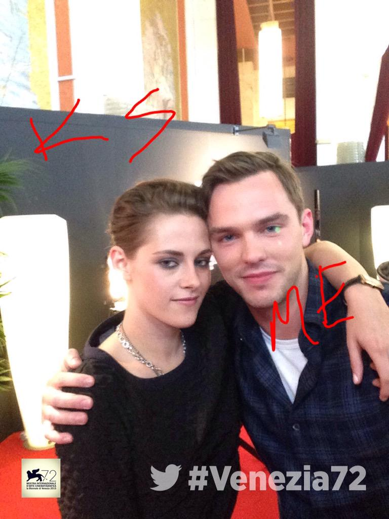The amazing #KristenStewart and @NicholasHoult pose for the #TwitterMirror #Equals #Venezia72 http://t.co/tzLlWxUBGf