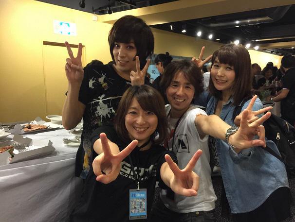 えみつん、蒼井翔太さん、佐藤さんと一緒にイエーイ! なんか家族写真のようなノリですw #anisama http://t.co/7n9WoCDPo0