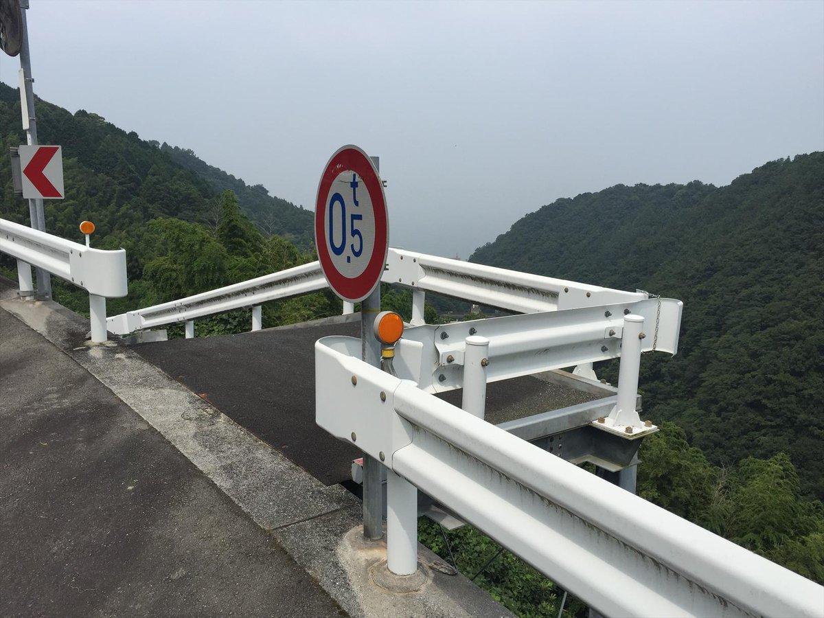 おいおい、重量制限0.5トンの道路ってなんだよと思って自転車を止めた。細い骨組みに鉄板を敷いただけの道路だった。 pic.twitter.com/Tebe5dIEQQ
