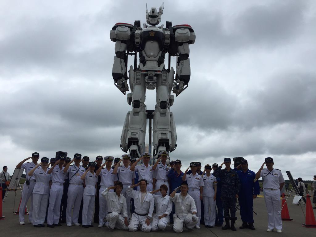海上自衛隊八戸航空基地祭、二回目デッキアップ完了‼︎基地司令、隊員の皆さん、特車二課デッキアップ整備班と記念写真撮影‼︎敬礼‼︎ pic.twitter.com/1JKJVo9ak2