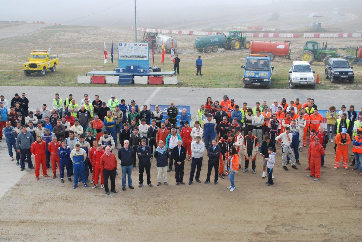 Minuto de silencio del autocross nacional en apoyo al trágico accidente ocurrido ayer @RFEdeA @deportegob http://t.co/UNssmdPcgp