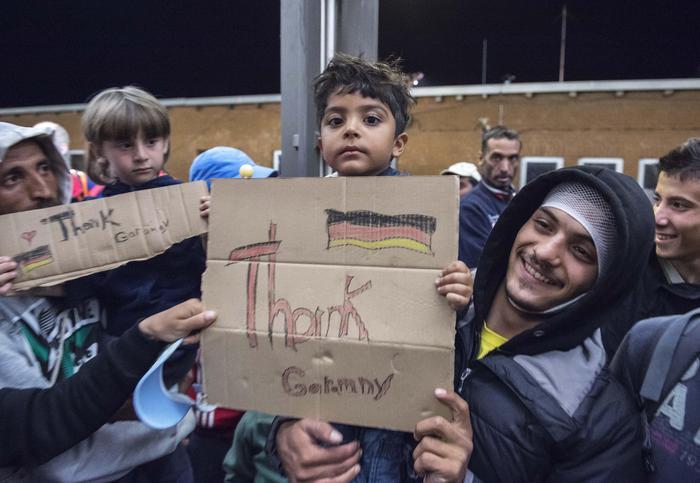 Profughi: in Germania soldi e domande di asilo per gli arrivi record di migranti