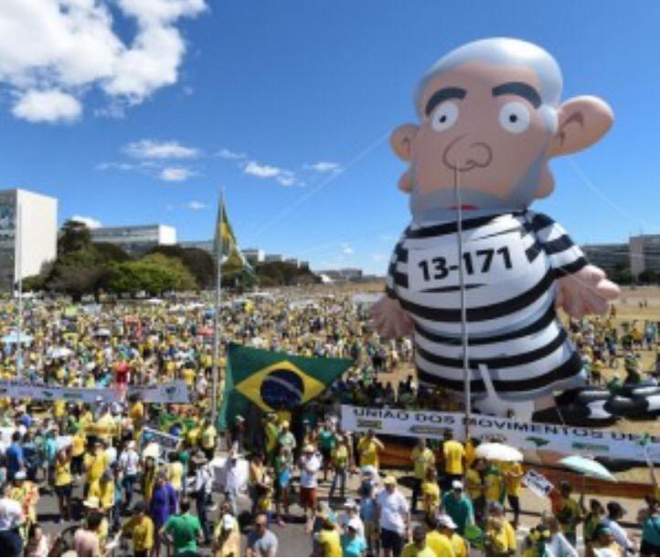 Pixuleco fura barreira do som e chega em Brasília! #PanelaçoNoMuroDeAço http://t.co/b4B8xaL2sQ