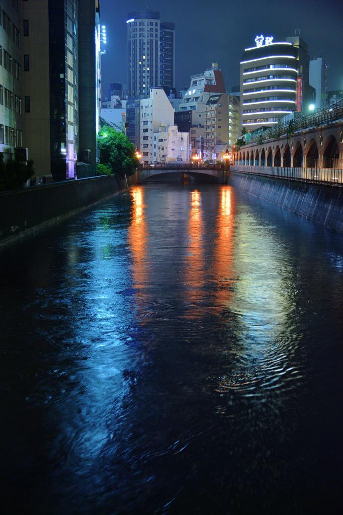 東京都内を襲った集中豪雨により、神田川の水位がかなり上がったようです。水の流れがちょっと怖い。 #akiba pic.twitter.com/DmGiEXfl9R