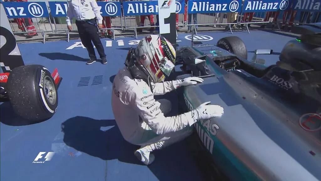 Lewis Hamilton si inchina a ringraziare la sua Mercedes a Monza