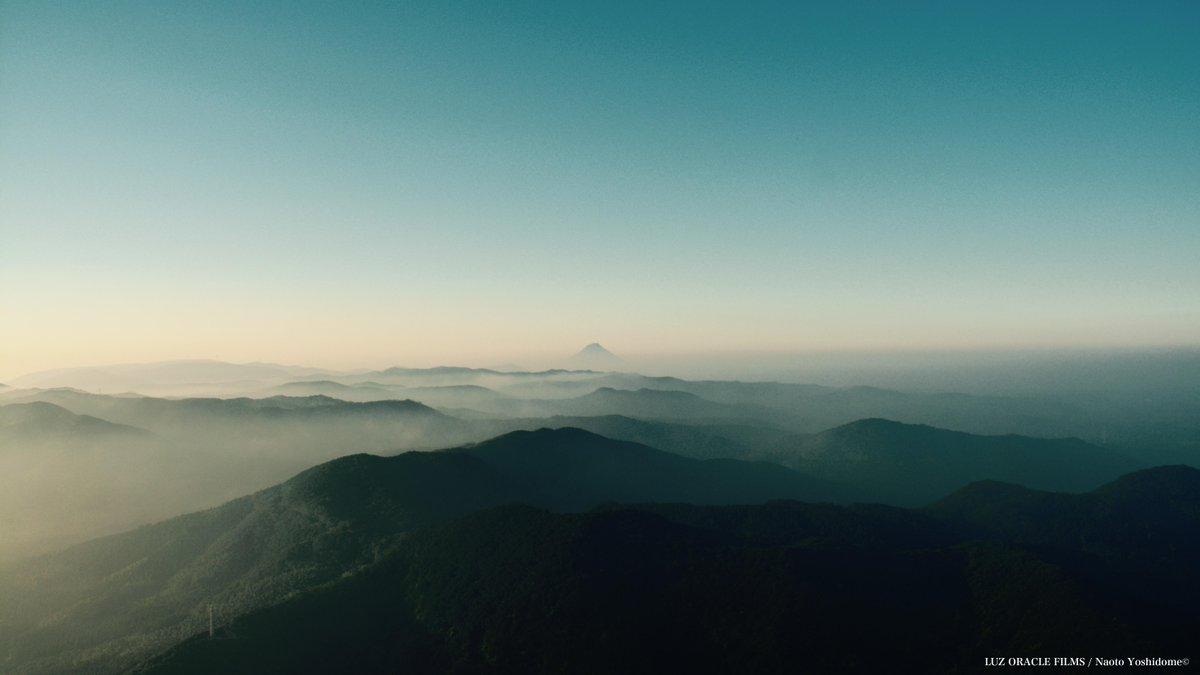 朝になって雲海がさ〜っと流れていくとずーっと奥に開聞岳が見えているのは開聞岳 pic.twitter.com/8mOBk4TS4R