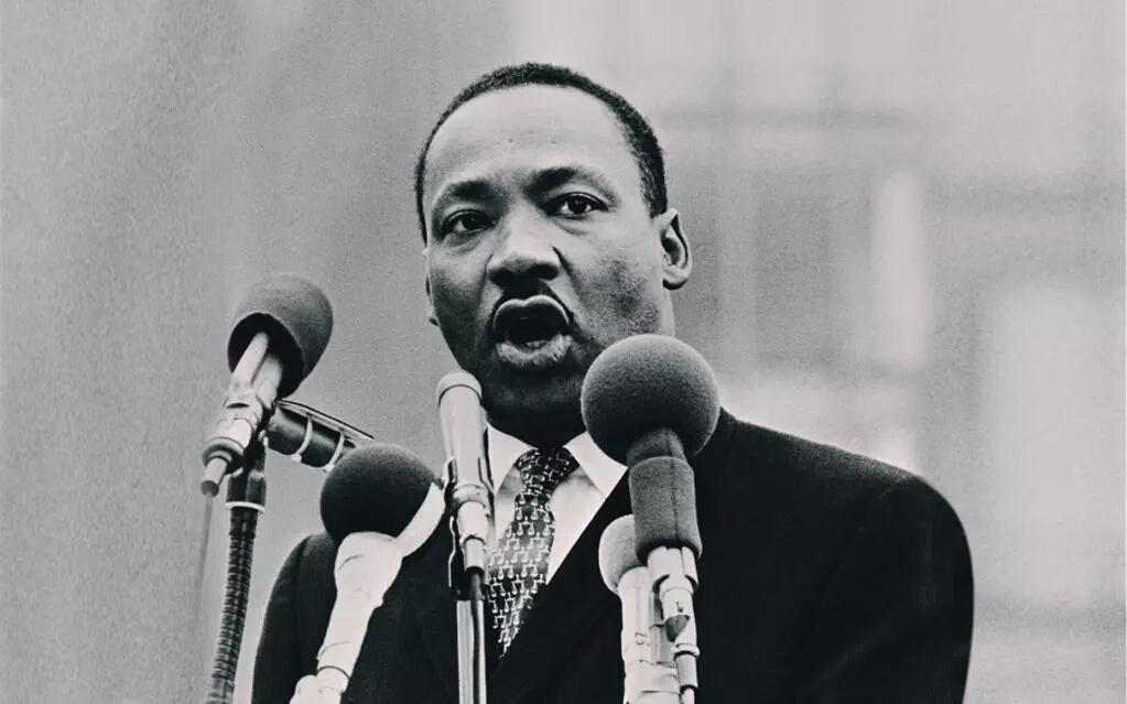Ya birlikte kardeş gibi yaşamayı öğreneceğiz ya da aptallar gibi hep beraber yok olacağız.   Martin Luther King http://t.co/7QUFcEqC0R