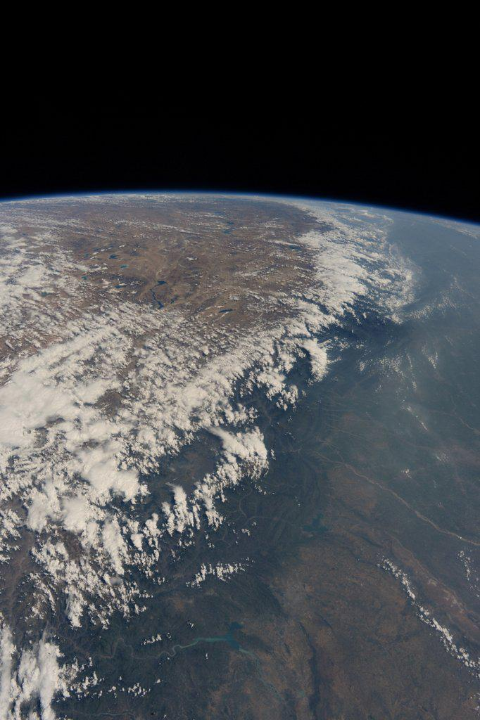 Himalaya range. Can you see and feel this big scale continental collision? この様な景色を宇宙から見ると、大陸の衝突でヒマラヤ山脈が出来た事を実感できます。 pic.twitter.com/yzfh3TBAuc