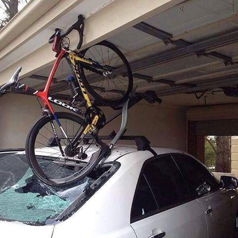 高架を通過する際は高さに気をつけましょう・・・自転車も車もオシャカになる可能性が http://t.co/oFLX6zxjEf