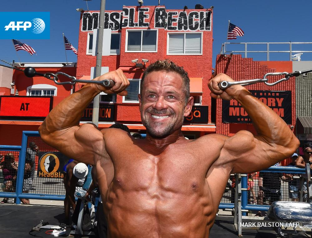 Tim Park warms Muscle Beach Championship bodybuilding