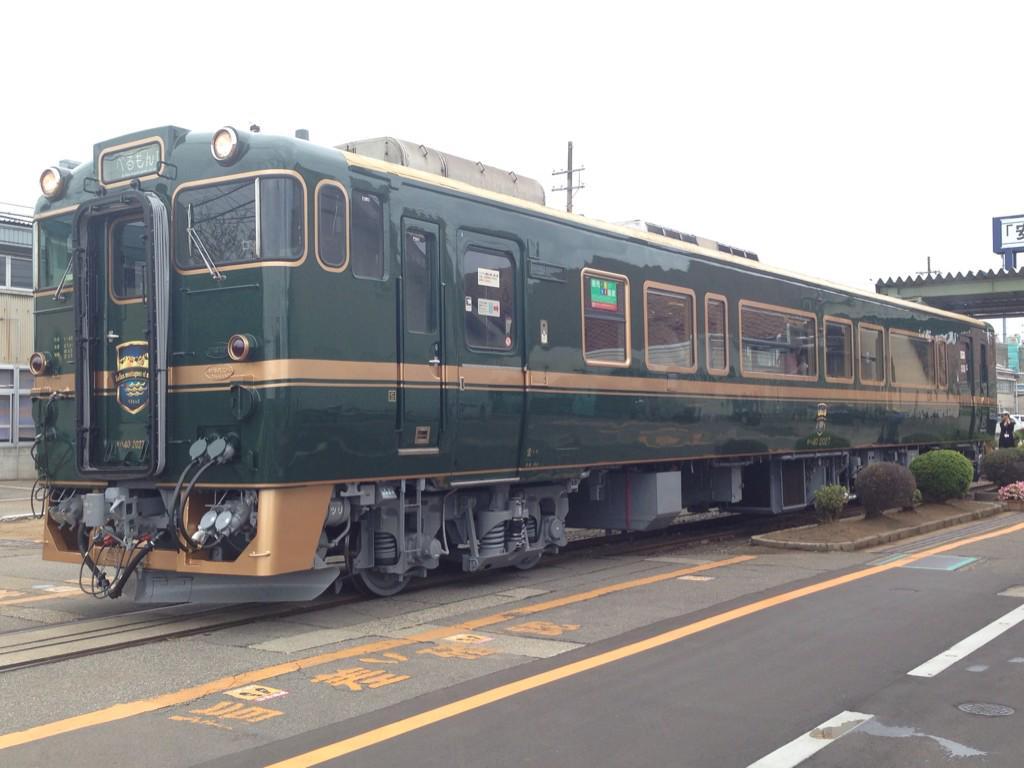 というわけで、本日は北陸地方に新しく登場する観光列車「べるもんた」こと「ベル・モンターニュ・エ・メール」を見て来ました。車内では富山湾の魚を使った寿司や地酒も提供。新高岡〜氷見間の運行では史上初の城端線〜氷見線直通営業が! http://t.co/xxEBiWxf54