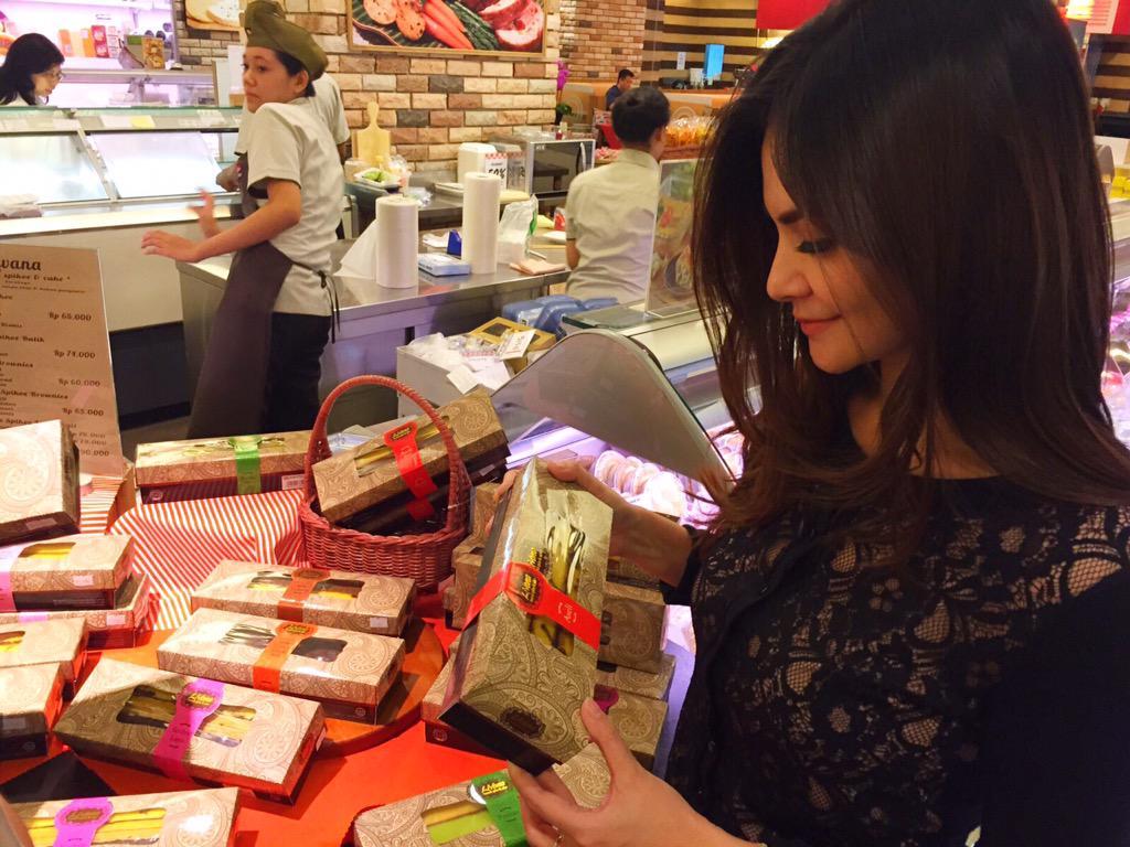 """Cut Tary on Twitter: """"Nemu lapis legit enak di supermarket Kem Chicks Pacific Place #Livana http://t.co/jsFdTs0MXJ"""""""