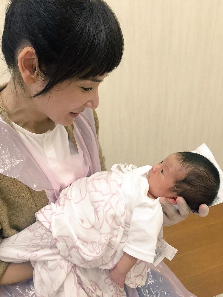 赤ちゃんを抱く吉田羊