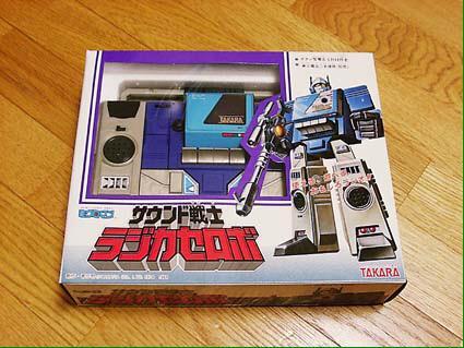 @retoro_mode  録音できないので、更にマイクロカセットのラジカセも必要な……トランスフォーマー…ではなくミクロマン。 漫画にも出てこん謎ロボ。 http://t.co/rbeNKvIWF0