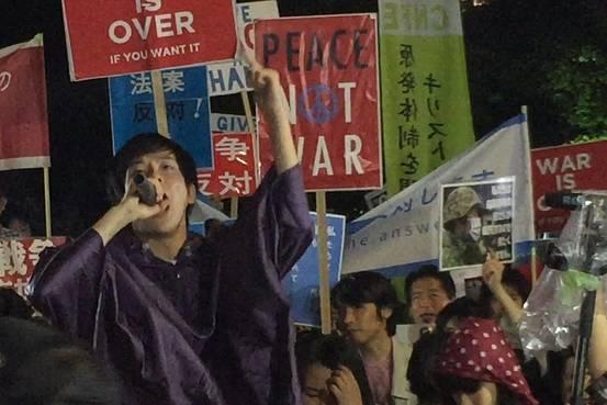 日本の学生たちは、何十年にもわたって政治的な議論でほぼ沈黙を保ってきたが、ここに来て、抗議活動で強大な勢力になりつつある⇒日本の軍事的役割拡大、抗議デモは学生が主導 http://t.co/FFJaazbjYZ