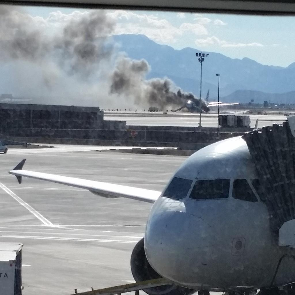 Im in #lasvegas and a plane is on fire. Smoke all over the airport #vegas #fire http://t.co/aXJEddzaT5