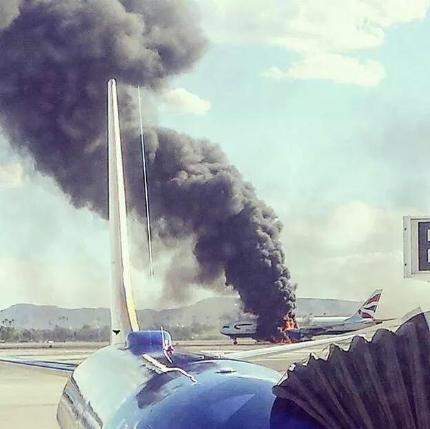 [Internacional] Boeing 777 da British Airways pega fogo na decolagem nos EUA COaxx_oWUAAyAfI