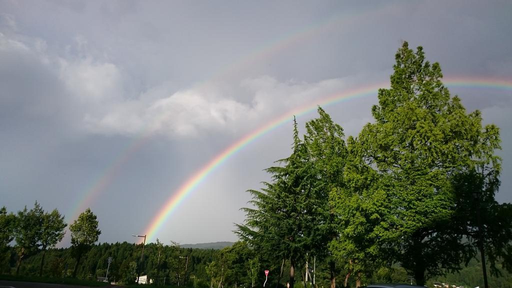 虹が二重にかかってた http://t.co/GduOyQT9C4