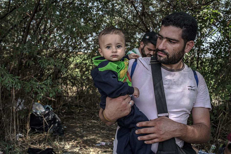 A desperate journey to Europe - new @hrw photos of refugees in Hungary #refugeeswelcome http://t.co/8b2SHH4Mf2 http://t.co/tvfeiWzPAJ
