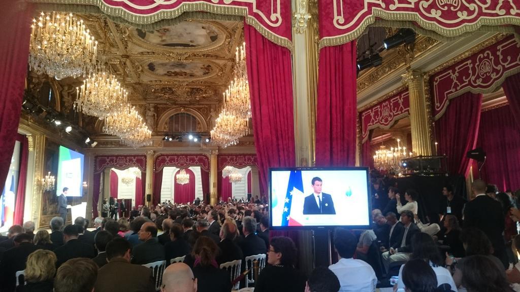 """""""C'est à nous, c'est à la France, de faire que tous les pays du monde lèvent les yeux"""" @manuelvalls #GoCOP21 http://t.co/NYtuWicThr"""