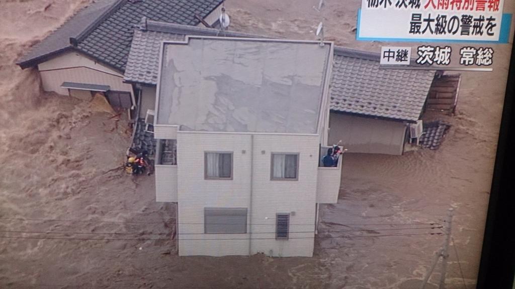 茨城県常総市で、鬼怒川が決壊して救助されています 。(左上から鬼怒川が流れ込んでいる) http://t.co/4cNbQkCo6O