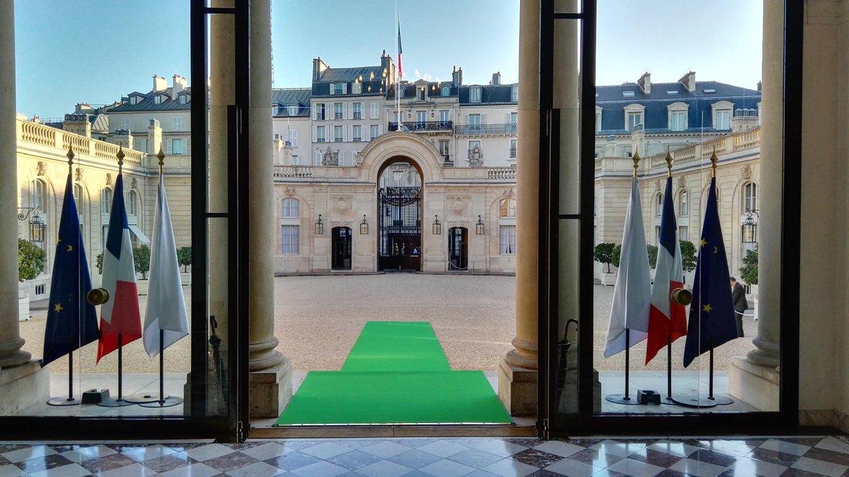 L'Élysée aux couleurs de l'environnement aujourd'hui, prêt pour le lancement de la #COP21 — #GoCOP21 http://t.co/dIzsxVvp37