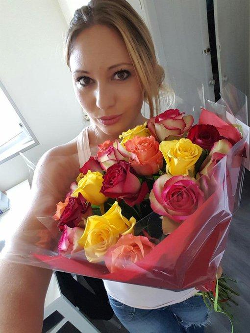 merci à @nuttin1992 pour ces jolies fleurs ??? ❤ http://t.co/EJrZ2RunLu
