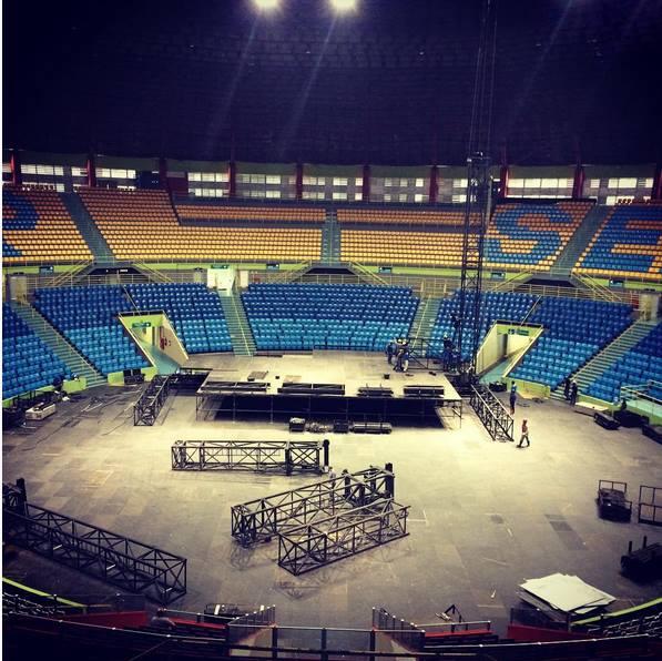 PALCO EM SÃO PAULO SENDO MONTADO... FALTA POUCO BRAZELLLLLLLLLLL Queen + Adam Lambert !!!!!  https://t.co/o5iTi9PXwI http://t.co/1B1xx3vglW