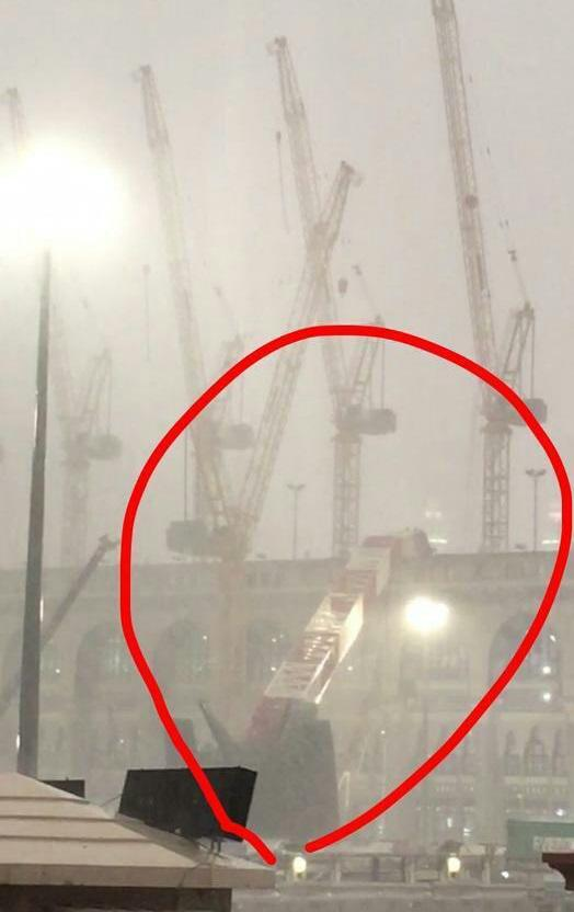 أمطار غزيرة و سقوط رافعة في المسجد الحرام