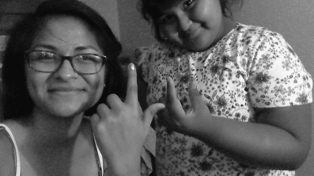"""@LuceroMexico mi hermanita qué acaba de llegar de la primaria, ignora qué mi """"L"""" salio rara JAJAJAJA."""