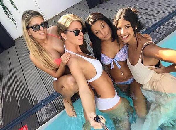 Jeremstar on twitter mdr alia elle se baigne dans la for Nue a la piscine