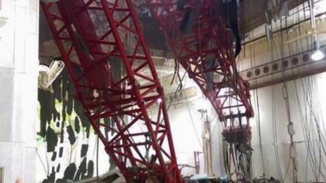 La gru ha sfondatao il tetto di una sala di preghiera nella Grande Moschea di La Mecca.
