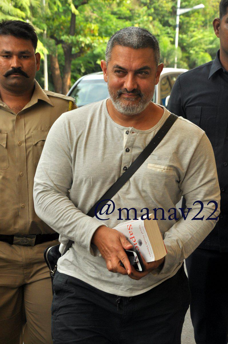 Aamir Khan snapped in his upcoming movie Dangal look as he leaves for Amritsar schedule #AamirKhanDangalLook http://t.co/aRookbf459