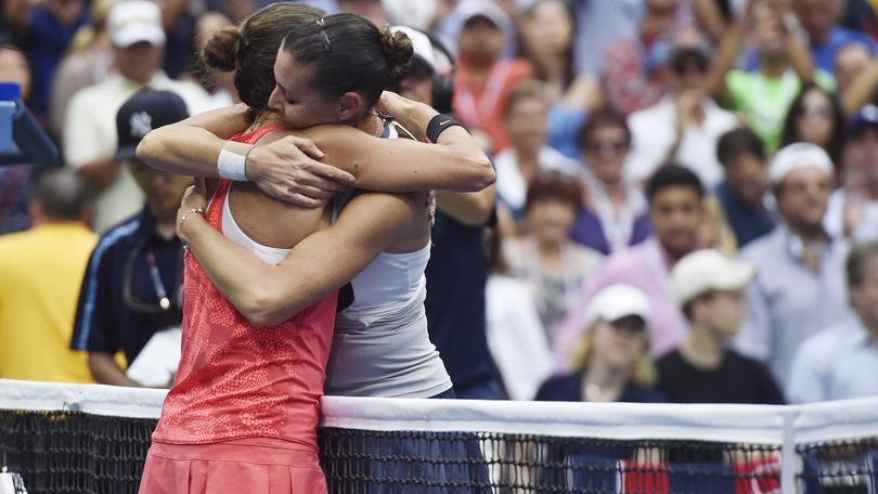 Flavia Pennetta abbraccia Roberta Vinci al termine della finale degli Us Open.