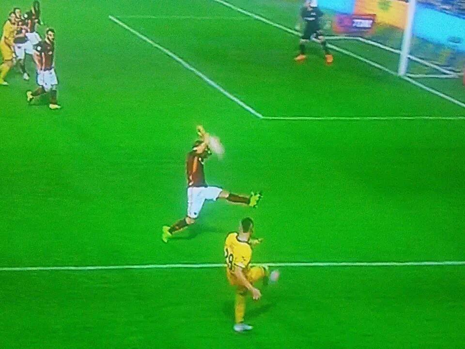 Rigore non dato al Frosinone. Digne alza le braccia e ferma il pallone in area di rigore.
