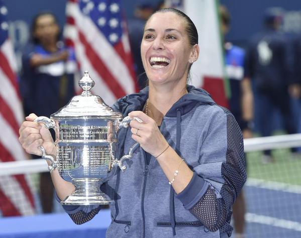 Flavia Pennetta solleva la Coppa degli US Open di Tennis.